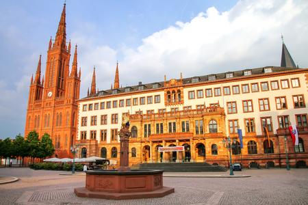 Schlossplatz met Marktkerk en Nieuw Stadhuis in Wiesbaden, Hessen, Duitsland. Wiesbaden is een van de oudste kuuroorden in Europa Stockfoto - 81804486