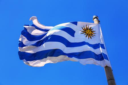 Drapeau national de l'Uruguay volant dans le ciel bleu, Montevideo