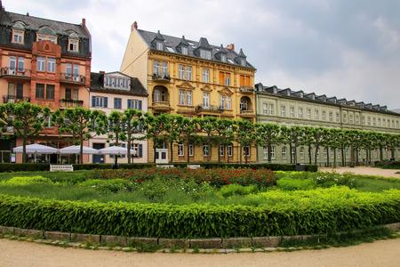 비스 바덴, 헤세, 독일에서 Luisenplatz 광장에 주거용 건물. 비스 바덴은 유럽에서 가장 오래된 온천 마을 중 하나입니다.
