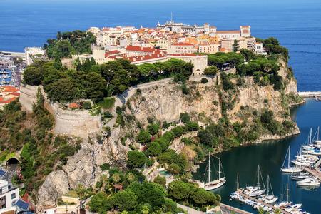 Uitzicht op de stad Monaco gelegen aan de rots in Monaco. Stockfoto