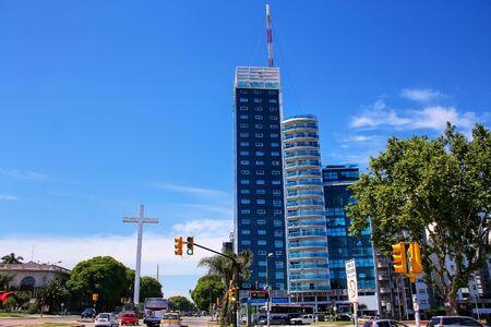 Tres Cruces district de Montevideo avec Torre del Congreso, Uruguay. Montevideo est la capitale et la plus grande ville de l'Uruguay. Éditoriale