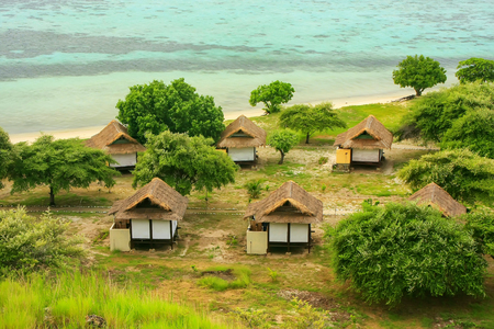 Toeristenbungalowwen op Kanawa-Eiland in Flores-Overzees, Nusa Tenggara, Indonesië. Kanawa-eiland ligt in het Komodo National Park. Stockfoto - 88892050