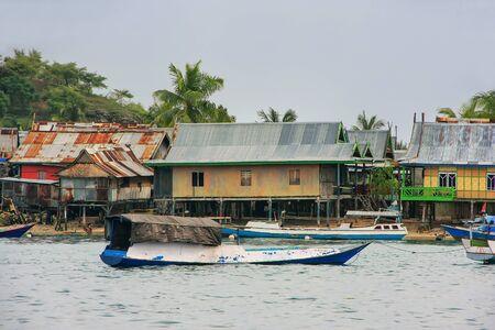 Typisch dorp op klein eiland in het Nationale Park van Komodo, Nusa Tenggara, Indonesië. Komodo National Park biedt onderdak aan ongeveer 3500 mensen. Stockfoto - 88892055