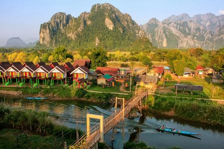 ヴァンヴィエン、ヴィエンチャン県、ラオスの南歌川に沿って観光バンガローの行。ヴァンヴィエン、石灰岩カルスト風景の中のアドベンチャー観 写真素材