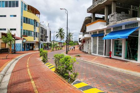 Avenida 찰스 다윈 산타 크루즈 섬, 갈라파고스 국립 공원, 에콰도르에 푸에 르 Ayora에서. Puerto Ayora는 갈라파고스 제도에서 가장 인구가 많은 도시입니다.