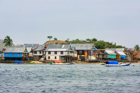 Typisch dorp op klein eiland in het Nationale Park van Komodo, Nusa Tenggara, Indonesië. Komodo National Park biedt onderdak aan ongeveer 3500 mensen. Stockfoto - 90806031