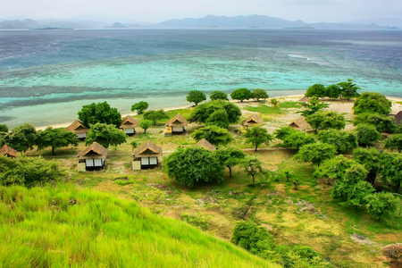 Small resort on Kanawa Island in Flores Sea, Nusa Tenggara, Indonesia. Kanawa Island is within the Komodo National Park. Stockfoto