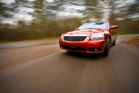 빨간색 럭셔리 쿠페 빨리 운전의 전면보기 스톡 콘텐츠