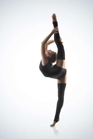 gymnastique: gymnaste mignon, femme, sur fond bleu Banque d'images