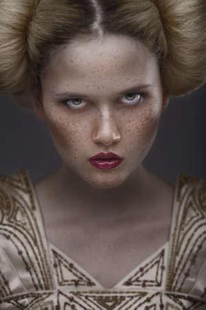 retrato de la modelo de moda de belleza con pecas Foto de archivo