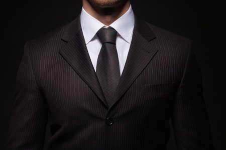zakenman staande op een donkere achtergrond
