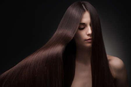 pelo rojo: mujer hermosa con el pelo largo Foto de archivo