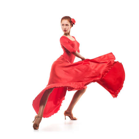 vrouw danser draagt rode jurk