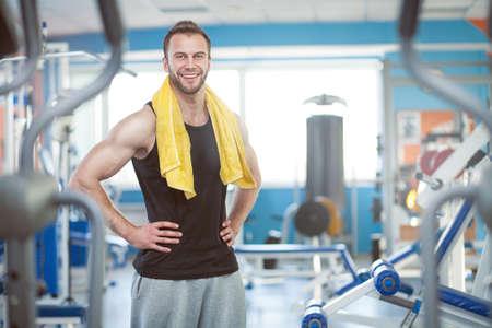 スポーツ ジムでウエイト トレーニング機器と若い男 写真素材