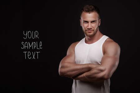 sin camisa: Hombre hermoso joven con el pecho musculoso, con copyspase en fondo oscuro