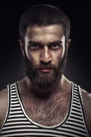 暗い背景にひげを生やした男の肖像