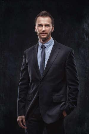 muž: Portrét mladého podnikatele izolovaných na tmavém pozadí Reklamní fotografie