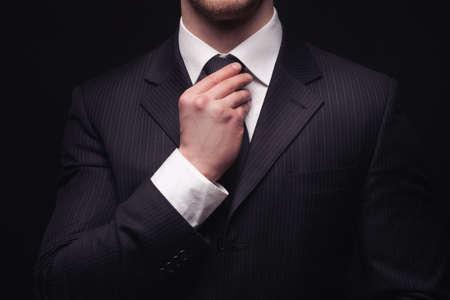 patron: Retrato de traje businessmans j�venes aislados en fondo oscuro