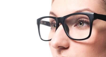 anteojos: Mujer wearing Vidrios hermosos close-up. Aislado en el fondo blanco. Foto de archivo