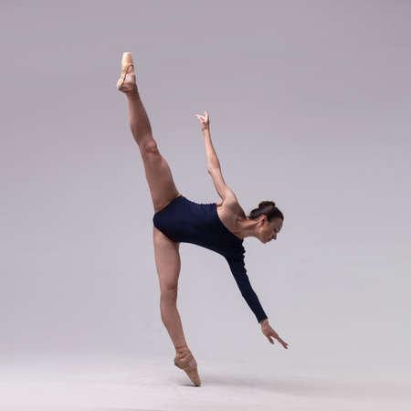 hermosa bailarina de ballet aislado