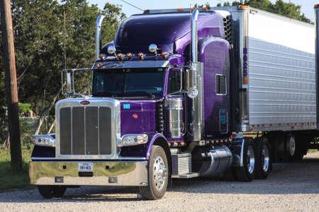 Violet Semi Truck Dix-huit Wheeler Banque d'images - 12971584