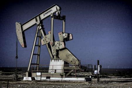 pozo petrolero: Aceite pumpjack del pozo de la tarde Foto de archivo