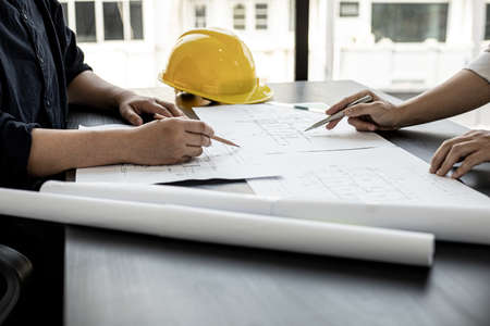 Architects and engineers are working together to edit the draft house plan that was designed after it was presented to the client and partially revised the design. Interior design and decoration ideas Banque d'images