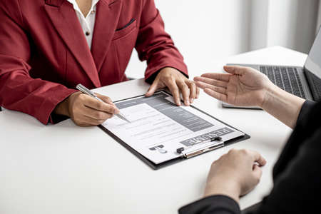 The job applicant is attending a job interview with the department manager and is introducing himself and explaining the information in the resume to the manager in order to be elected to the company.