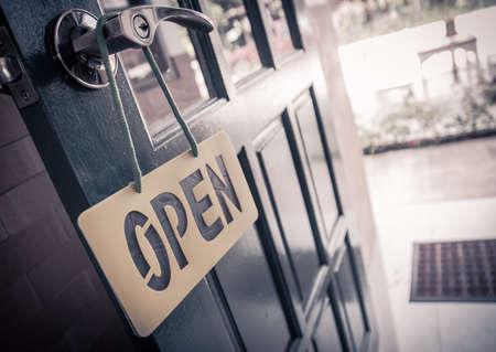 빈티지 나무 문 열려있는 표시 및 핸들 스톡 콘텐츠
