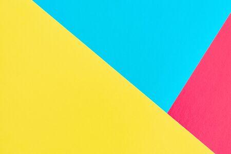 sfondo di carta rosa, giallo e blu. sfondo tricolore. trama moderna. colori tenui colorati, forma geometrica del triangolo.