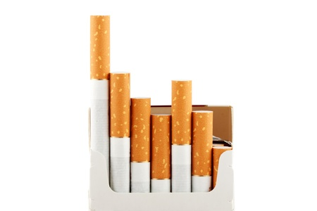 encendedores: Varios cigarrillos en el paquete en el fondo blanco