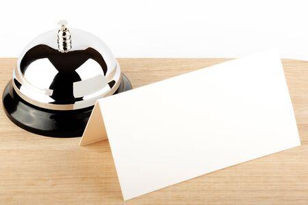 Tjänsten Bell med Blank Sign at Hotel Desk
