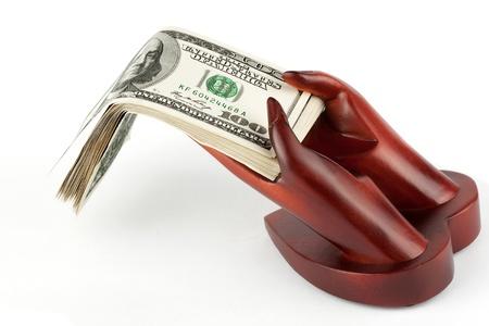 remuneración: El dinero en las manos con el resto de madera en el fondo blanco Foto de archivo