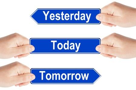 Hoy, mañana y ayer las señales de tráfico con la mano en el fondo blanco