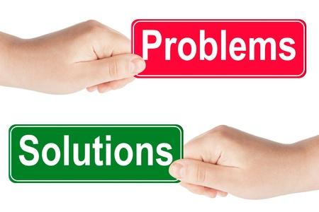 Problem och lösningar trafikskylt i handen på den vita bakgrunden