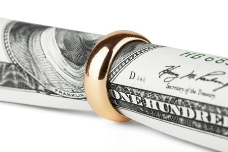 anillo de matrimonio: Un centenar de d�lar proyecto de ley en un anillo de bodas de oro Foto de archivo