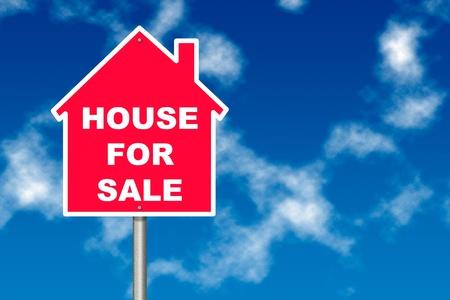 publicidad exterior: Red House para firmar la venta previo aviso el tr�fico tablero sobre fondo de cielo azul Foto de archivo