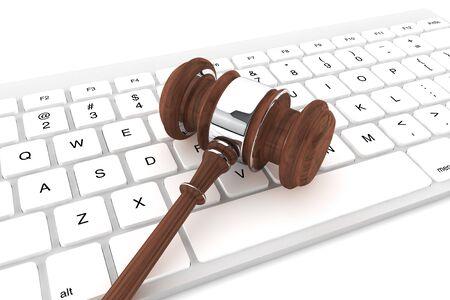 正義の小槌と白い背景の上のキーボード