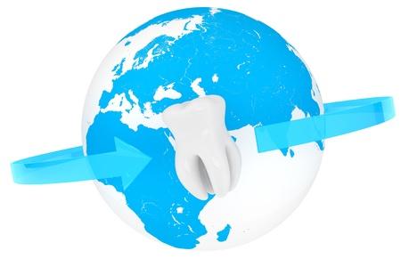 Världs stomatologi koncept. Extrem närbild tand med världen på en vit bakgrund Stockfoto