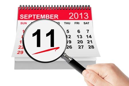 11 september: 911 nunca olvida Concept. 11 de septiembre 2013 calendario con la lupa sobre un fondo blanco