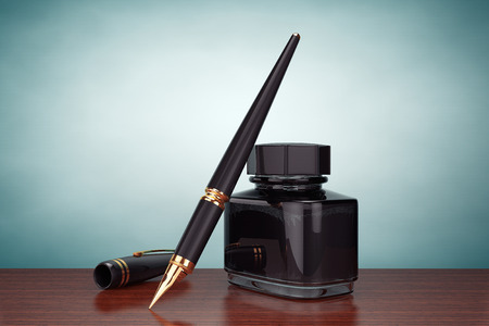 stylo: Old Style Photo. Fountain Pen with Ink Bottle on the table