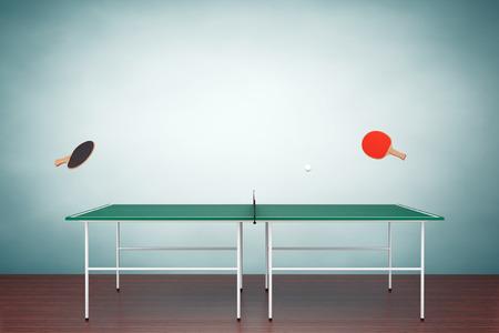 TENIS: Mesa de tenis de mesa con paletas en el suelo Foto de archivo