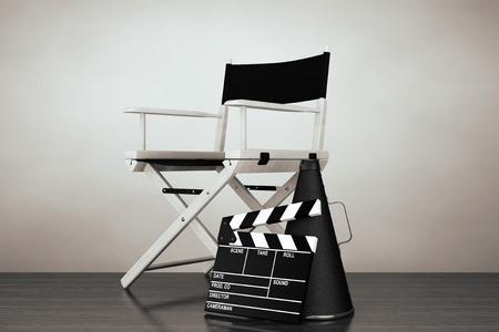 古いスタイルの写真。床にメガホン、映画クラッパー ディレクターチェア