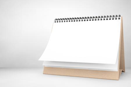 calendario: Blank escritorio de papel calendario espiral sobre el fondo blanco Foto de archivo