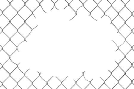 Agujero en la cerca de malla de alambre sobre un fondo blanco Foto de archivo