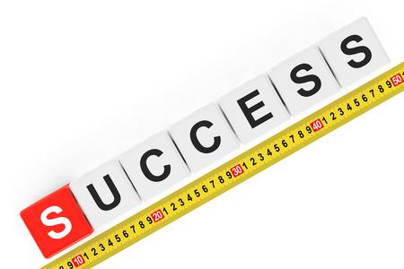 cintas metricas: Concepto de éxito masure. Cubos de éxito con cinta métrica sobre un fondo blanco