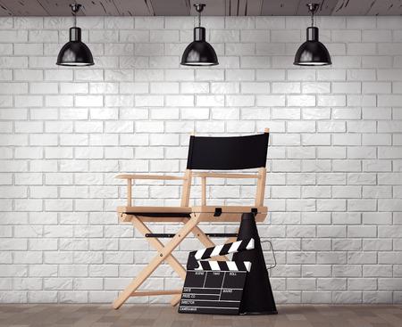 silla de madera: Director de Cátedra, chapaleta de la película y megáfono delante de la pared de ladrillo con el marco en blanco primer plano extremo Foto de archivo