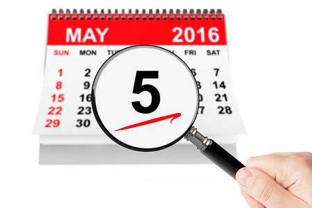 Hemelvaartsdag Concept. 5 mei 2016 kalender met vergrootglas op een witte achtergrond Stockfoto - 55677971