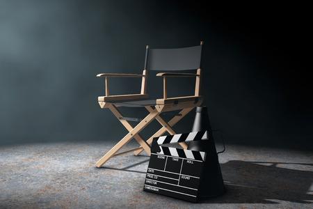 silla de madera: Director de Cátedra, chapaleta de la película y megáfono a la luz volumétrica en un fondo negro. Representación 3d Foto de archivo