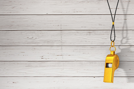 Classic Golden Metal Coaches Whistle Hanging on Red Rope op een houten planken achtergrond. 3D-weergave